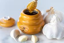 Med a česnek: Zaručená pomoc, která uleví od přejedení